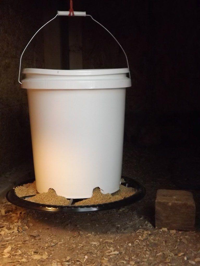 Готовая бункерная кормушка из пластикового ведра