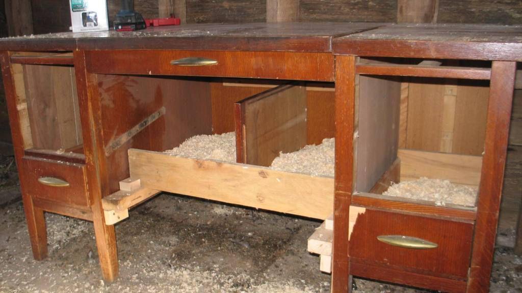 Гнезда из старого письменного стола