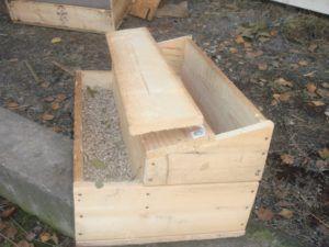 Двухэтажная деревянная кормушка