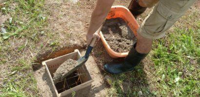 Заполнение опалубки раствором цемента, щебня и песка