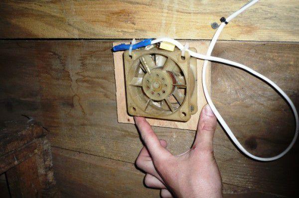 Подключенная вытяжка в курятнике