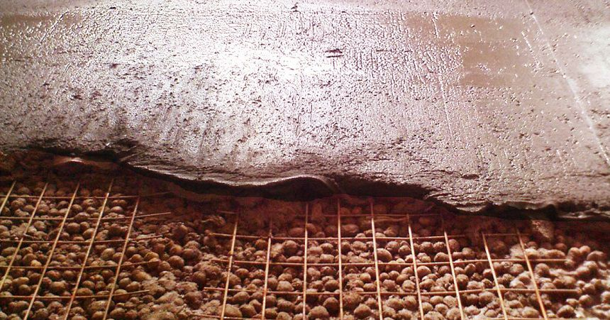 Утеплённый бетонный пол. На фото: заливка стяжки с керамзитом