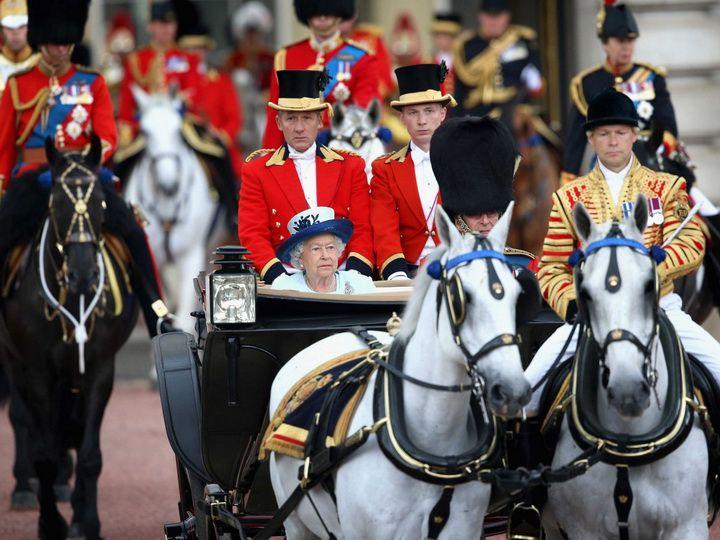 С 1986 года Елизавета II принимает парады в экипаже