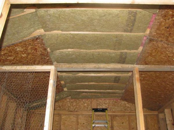 Утепление крыши курятника с балочным каркасом