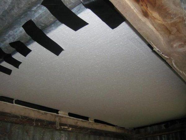 Утепление крыши чердака курятника с использованием пенопласта