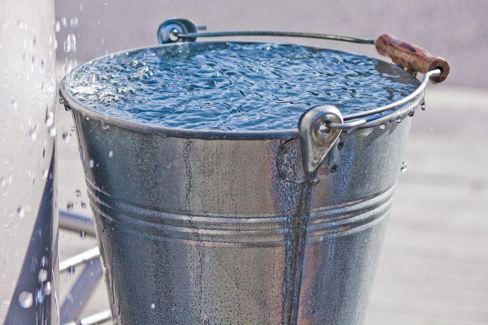Ведро с водой для поддержания влажности в помещении