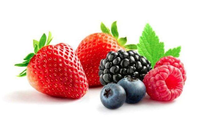 В качестве лакомства кроликам можно давать и ягоды