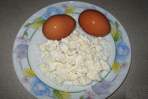 В период яйцекладки в рацион горлинок необходимо добавить обезжиренный творог и отваренные вкрутую яйца