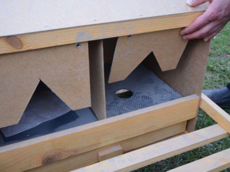 Гнездо с яйцесборником в виде двойного дна