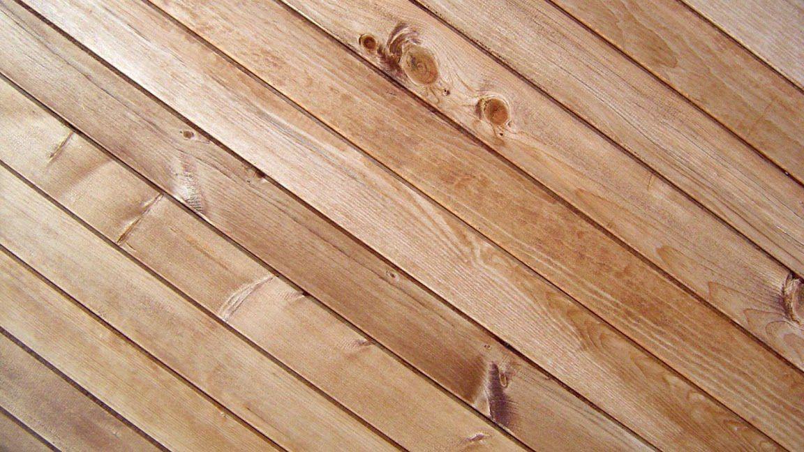 Пол в голубятне можно сделать деревянным (дощатым)