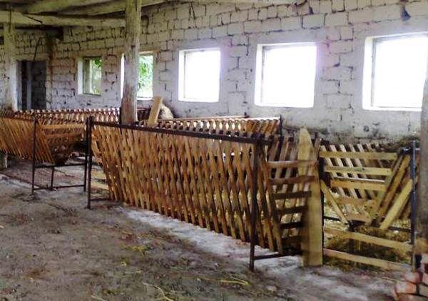 Деревянные кормушки для отары