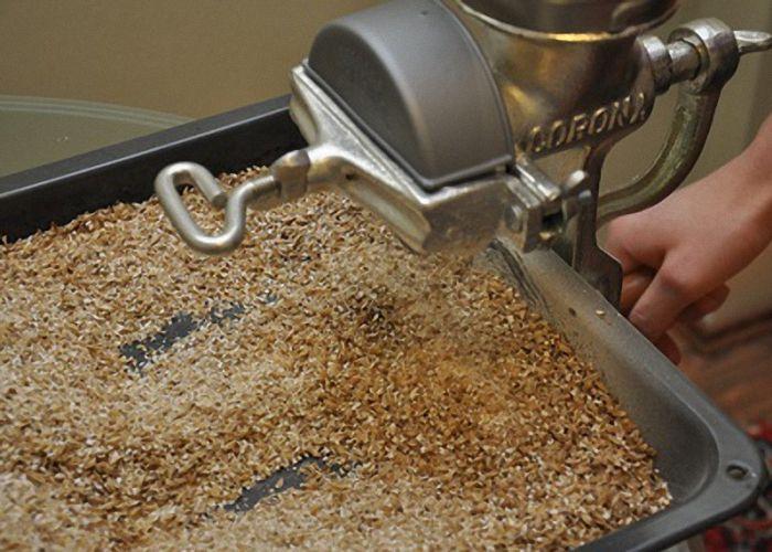 Самый простой метод кормления зерном — измельчить и запарить горячей водой