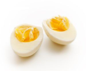 Варенное яйцо — лучшая пища для новорожденных