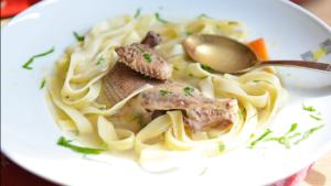 Суп из голубиного мяса с лапшой и зеленью - полезное и вкусное блюдо