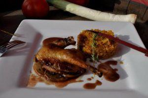 Блюдо французской кухни: жареный голубь в карамельном соусе