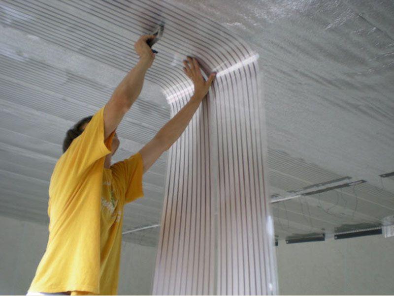 Монтируются пленочные нагреватели прямо под потолок