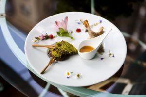 Филе голубя с кориандром, фисташками и медовым соусом