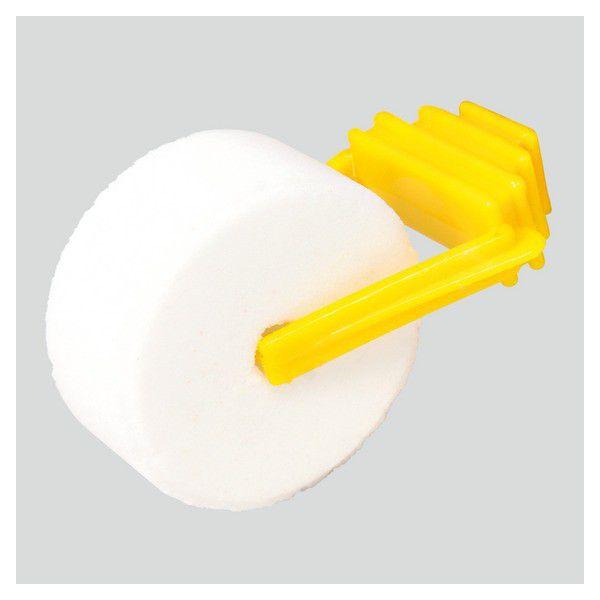 Солевой лизунец можно удобно прикрепить к клетке