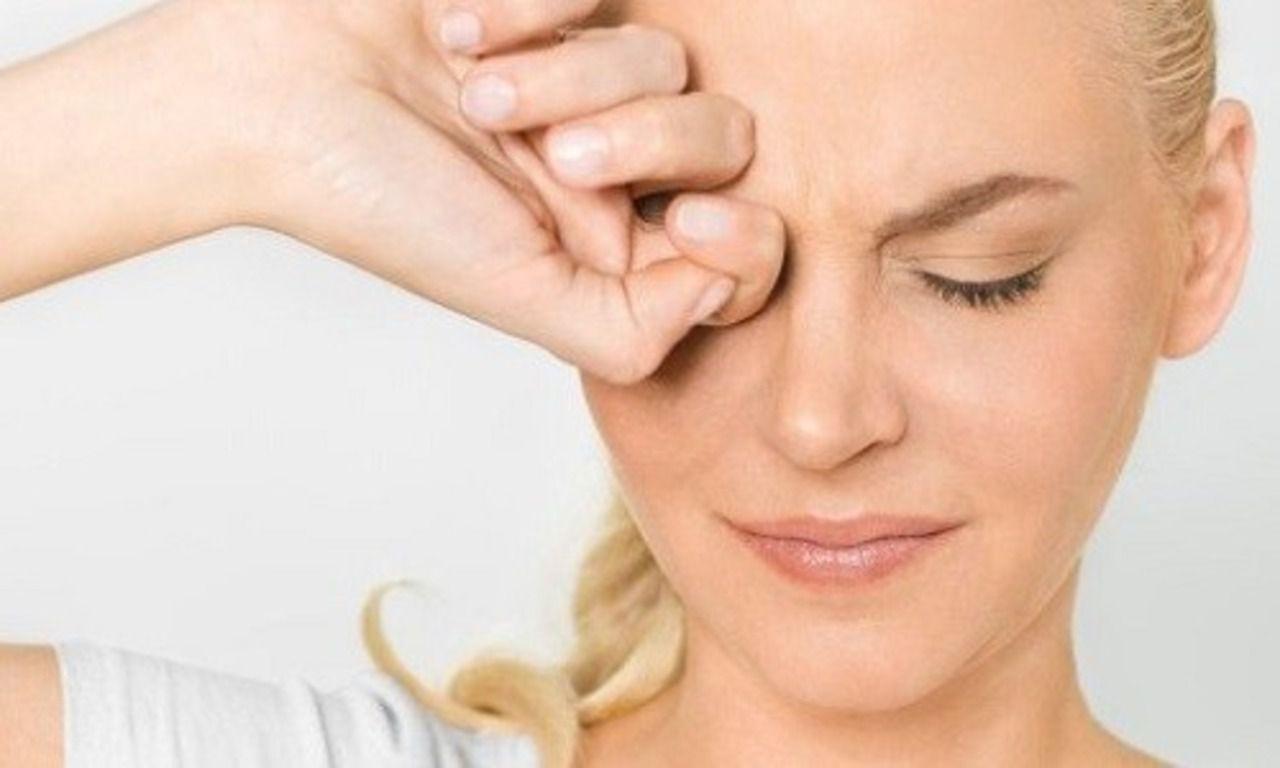 Хлор при попадании в глаза вызывает неприятные болевые ощущения