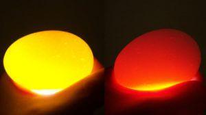 Слева изображено нормальное яйцо, справа - желток смешан с белком