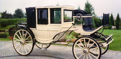 Переднее окно в карете облегчает коммуникацию между пассажирами и кучером