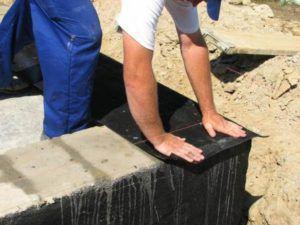 Перед постройкой стен фундамент нужно гидроизолировать