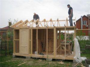 Возведение стен и каркаса крыши курятника