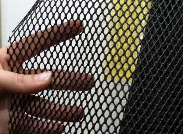 Дополнительная дверь из мелкоячеистой металлической сетки - самый простой способ вентилирования помещения