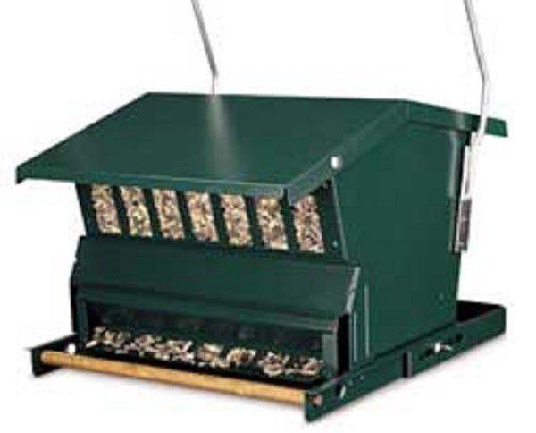 В автоматическую кормушку для птиц засыпают зерно