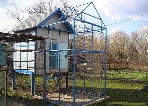 Расположение голубятни определяется исходя из нескольких важных условий. Одно из них - отсутствие рядом источников инфекций, таких как выгребная яма или соседская ферма