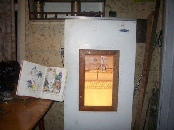 Рамку для окошка в инкубаторе можно сделать деревянной и алюминиевой