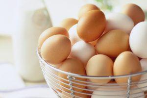 Не желательно хранить яйца вне холодильника