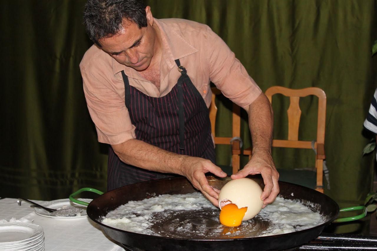 Если есть необходимость приготовить завтрак на 10 человек, достаточно поджарить лишь одно страусиное яйцо