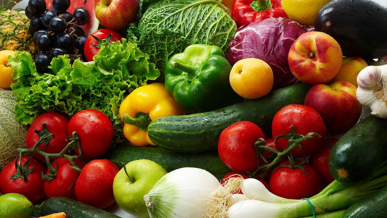 Сезонные овощи и фрукты в небольших количествах полезны для пернатых