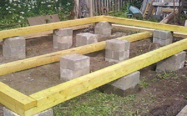 Обработка фундамента производится вдали от огорода