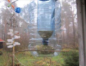 Простой вариант кормушки из пластиковой бутылки