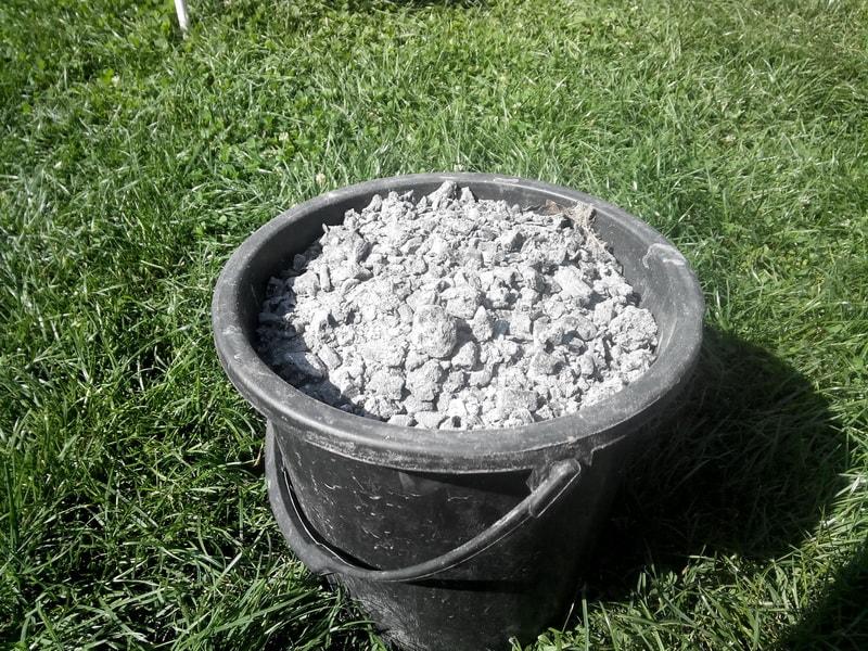Древесная зола может добавляться в концентрированный или сухой корм