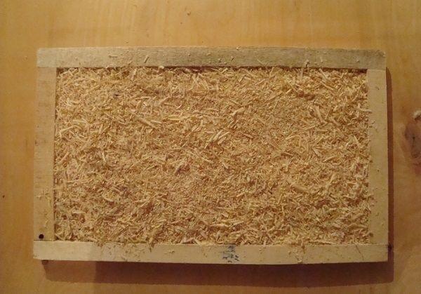 Как наполнить стенки утеплителем. Помните, опилки нужно укладывать плотно!