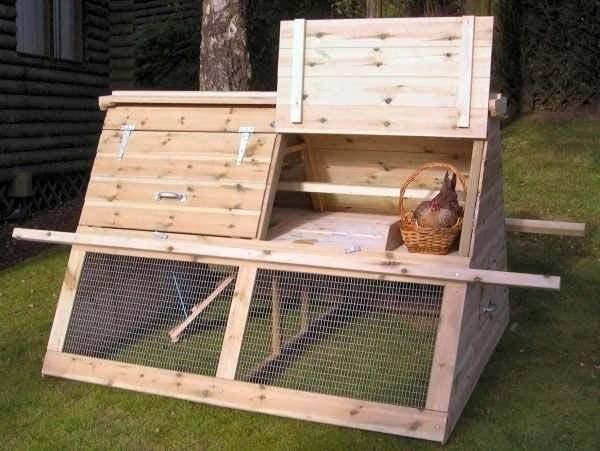 Дверцу в переносной курятник можно сделать, как из каркаса и сетки, так и полностью из дерева