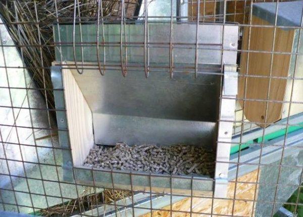 Боковая кормушка для кролика