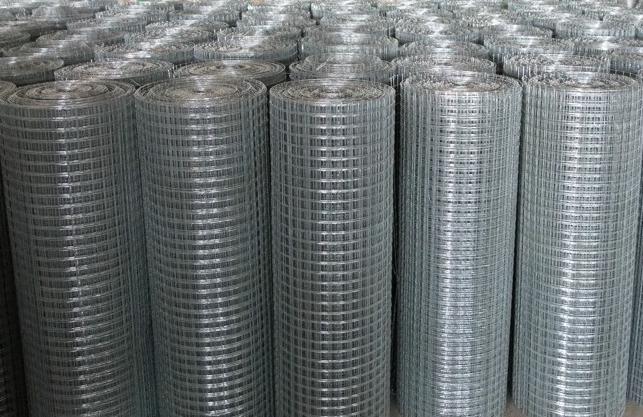 Для сварной сетки используется низкоуглеродная проволока, которая покрывается цинком или ПВХ