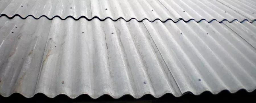 Затем крышу необходимо обшить шифером