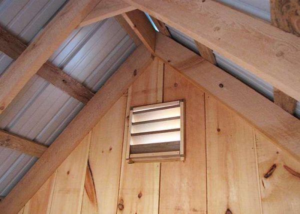 Пример естественной системы воздухообмена в домике для кур