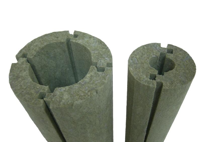 Трубы утепляют теплоизоляторами, чтобы внутри не образовывался конденсат