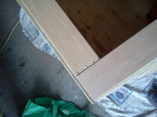 Если конструкция получилась слишком хрупкой, то можно укрепить раму металлическими уголками