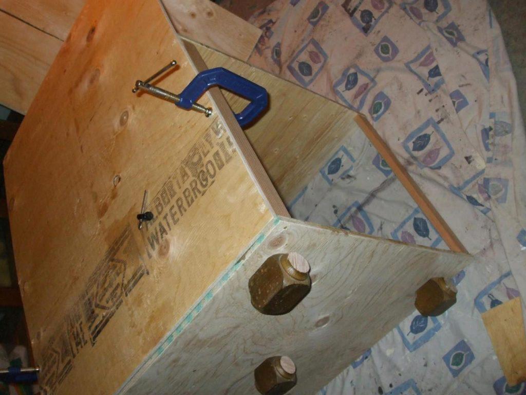Необходимо закрепить стенки на каркасе таким образом, чтобы конструкция получилась ровной