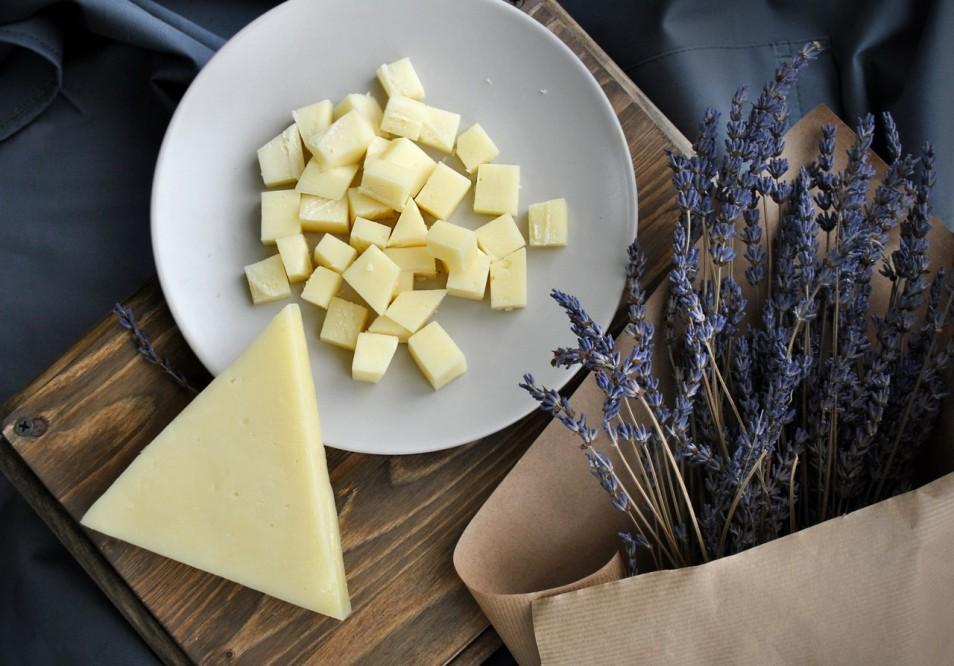 Помимо пользы, употребление таких сыров приносит еще и вкусовое наслаждение