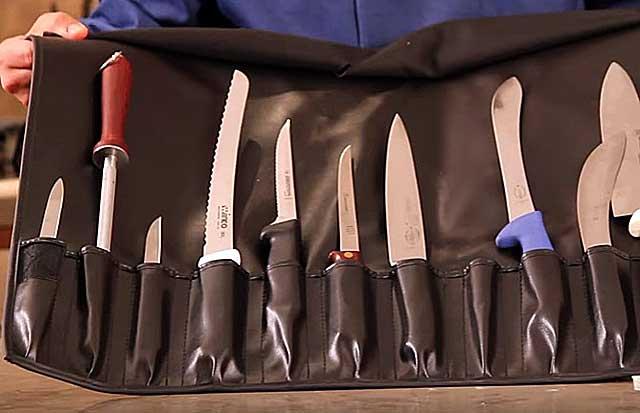 Процедура забоя и разделки туш осуществляется с помощью специальных ножей