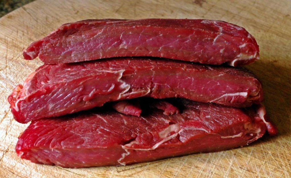 Страусиное мясо мягкое и сочное. По вкусу напоминает телятину с легким привкусом