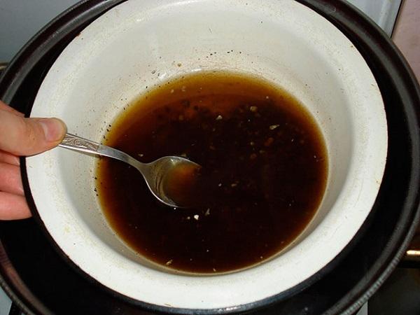 Шаг 2. Так же на водяной бане топят 10 граммов прополиса